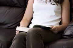 Mädchen, das ein Buch (Zurück-zuschule, mit Schilf deckt) Stockfotos
