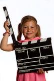Mädchen, das ein clapperboard anhält Lizenzfreie Stockbilder