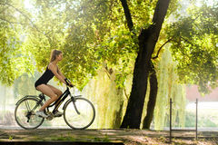 Mädchen, das ein Fahrrad reitet Stockfotos