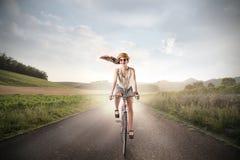 Mädchen, das ein Fahrrad reitet Stockbilder