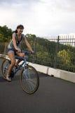 Mädchen, das ein Fahrrad reitet Stockfoto