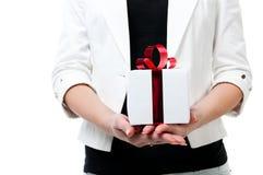 Mädchen, das ein Geschenk hält Stockfotografie