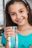 Mädchen, das ein Glas Süßwasser anhält Lizenzfreie Stockfotos