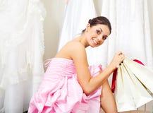 Mädchen, das ein Hochzeitskleid wählt Stockbild