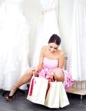 Mädchen, das ein Hochzeitskleid wählt Lizenzfreies Stockfoto