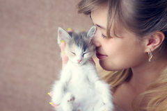 Mädchen, das ein Kätzchen umarmt Stockfotos