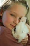 Mädchen, das ein Kaninchen anhält stockfoto