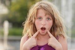Mädchen, das ein lustiges Gesicht bildet Lizenzfreies Stockbild