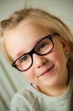 Mädchen, das ein lustiges Gesicht zieht lizenzfreie stockfotografie