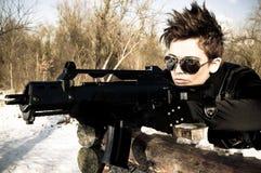 Mädchen, das ein Maschinengewehr zielt Stockfoto