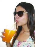 Mädchen, das ein orange gefrorenes Getränk trinkt Stockfoto
