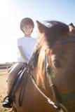 Mädchen, das ein Pferd in der Ranch reitet lizenzfreie stockfotografie