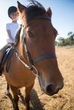 Mädchen, das ein Pferd in der Ranch reitet lizenzfreies stockfoto