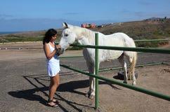 Mädchen, das ein Pferd petting ist Lizenzfreies Stockfoto