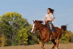 Mädchen, das ein Pferd reitet Stockbilder