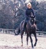 Mädchen, das ein Pferd reitet Lizenzfreies Stockfoto