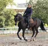 Mädchen, das ein Pferd reitet Lizenzfreies Stockbild