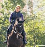 Mädchen, das ein Pferd reitet Lizenzfreie Stockfotografie
