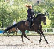 Mädchen, das ein Pferd reitet Stockbild