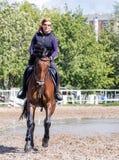 Mädchen, das ein Pferd reitet Stockfotos