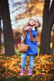Mädchen, das ein Picknick im Herbstpark hat lizenzfreie stockfotografie