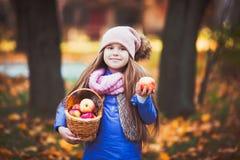 Mädchen, das ein Picknick im Herbstpark hat lizenzfreies stockfoto