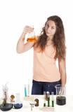 Mädchen, das ein Reagenzglas überprüft lizenzfreies stockbild