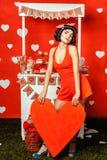 Mädchen, das ein rotes Herz hält stockfotografie