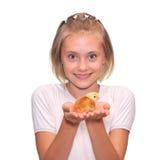 Mädchen, das ein Schätzchen-Küken anhält stockbild