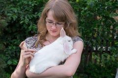 Mädchen, das ein Schusskaninchen tut lizenzfreie stockbilder