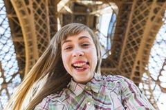 Mädchen, das ein selfie unter dem Eiffelturm in Paris nimmt Stockfoto