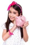 Mädchen, das ein Sparschwein hält Lizenzfreies Stockbild