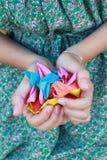 Mädchen, das ein Symbol vom Inneren in ihren Händen bildet Stockfoto