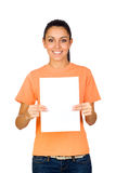 Mädchen, das ein unbelegtes Papier anhält Stockfoto