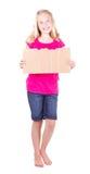 Mädchen, das ein unbelegtes Pappzeichen anhält Stockfoto