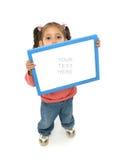 Mädchen, das ein unbelegtes Zeichen anhält Lizenzfreie Stockfotografie