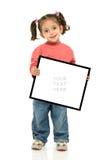 Mädchen, das ein unbelegtes Zeichen anhält Lizenzfreie Stockfotos