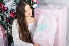 Mädchen, das ein Weihnachtsgeschenk anhält Stockfoto