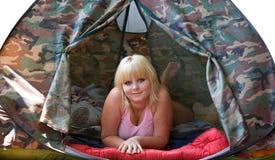 Mädchen, das in ein Zelt legt Stockfotos
