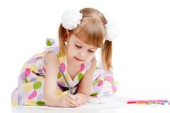 Mädchen, das eine Abbildung mit Farbenbleistiften zeichnet Stockfotos