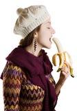 Mädchen, das eine Banane isst Stockbilder