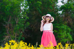 Mädchen, das eine Blume riecht Lizenzfreie Stockfotografie