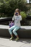 Mädchen, das eine Digitalkamera verwendet Lizenzfreies Stockfoto