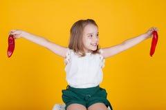 Mädchen, das eine frische rote gesunde Nahrung des grünen Pfeffers hält stockfotos