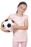 Mädchen, das eine Fußballkugel anhält Lizenzfreie Stockfotos
