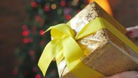 Mädchen, das eine Geschenkbox zeigt stock footage