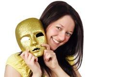 Mädchen, das eine Goldschablone anhält lizenzfreie stockfotografie