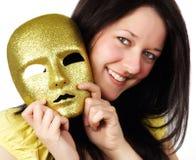 Mädchen, das eine Goldschablone anhält stockbilder