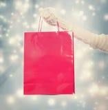 Mädchen, das eine große rote Einkaufstasche hält Lizenzfreies Stockfoto