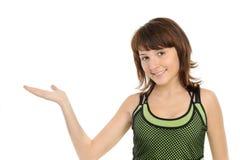 Mädchen, das eine Hand, etwas darstellend ausdehnt. Stockfotos